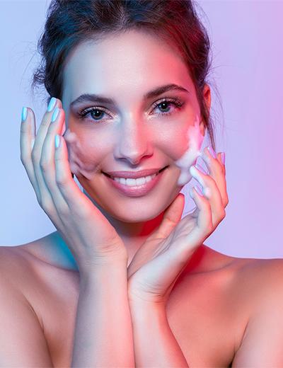 Photo d'une femme hydratant son visage avec une crème