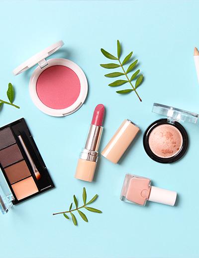 Photo de l'ensemble des produits nécessaires pour faire une routine de maquillage