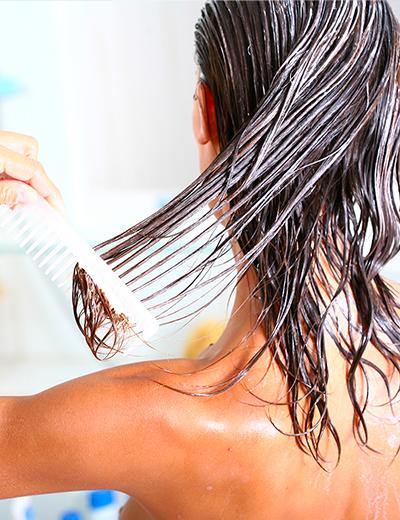 Photo d'une femme réalisant un soin pour cheveux