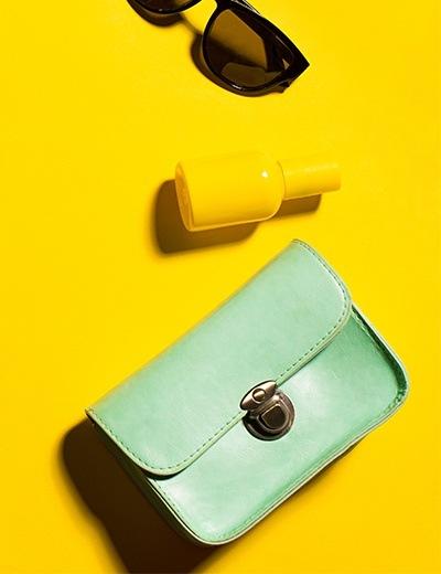 Photo d'un sac à main et d'une paire de lunettes de soleil