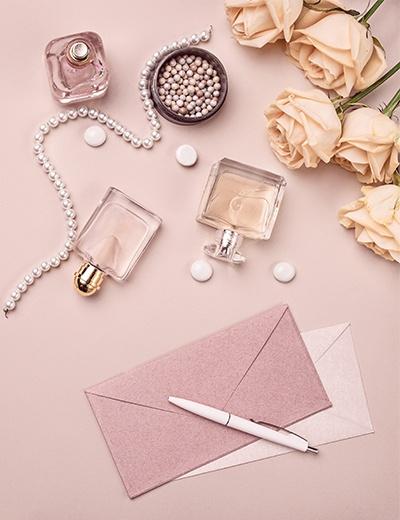 Photo de bijoux et flacons de parfum à offrir