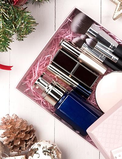 Photo d'un coffret cadeau de parfum et maquillage à offrir